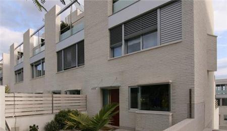 西班牙房价:巴塞罗那全新联排别墅77万