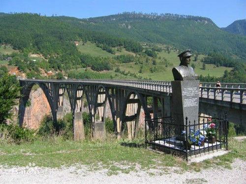 塔拉河谷大桥:桥的设计者雕像和重建后的塔拉河谷大桥